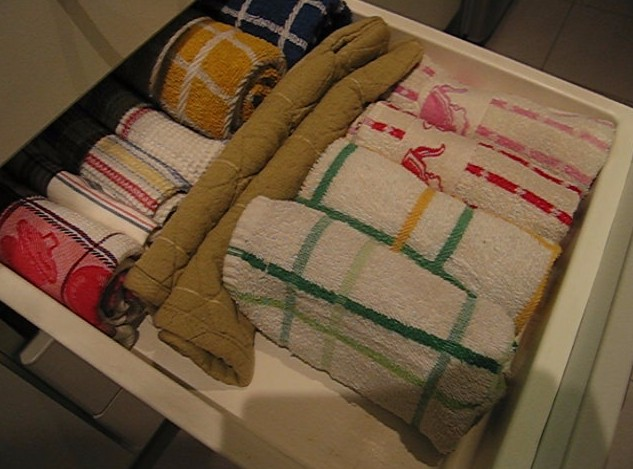 Tip 2 how to organize the dishcloths drawer c mo - Como ordenar la cocina ...